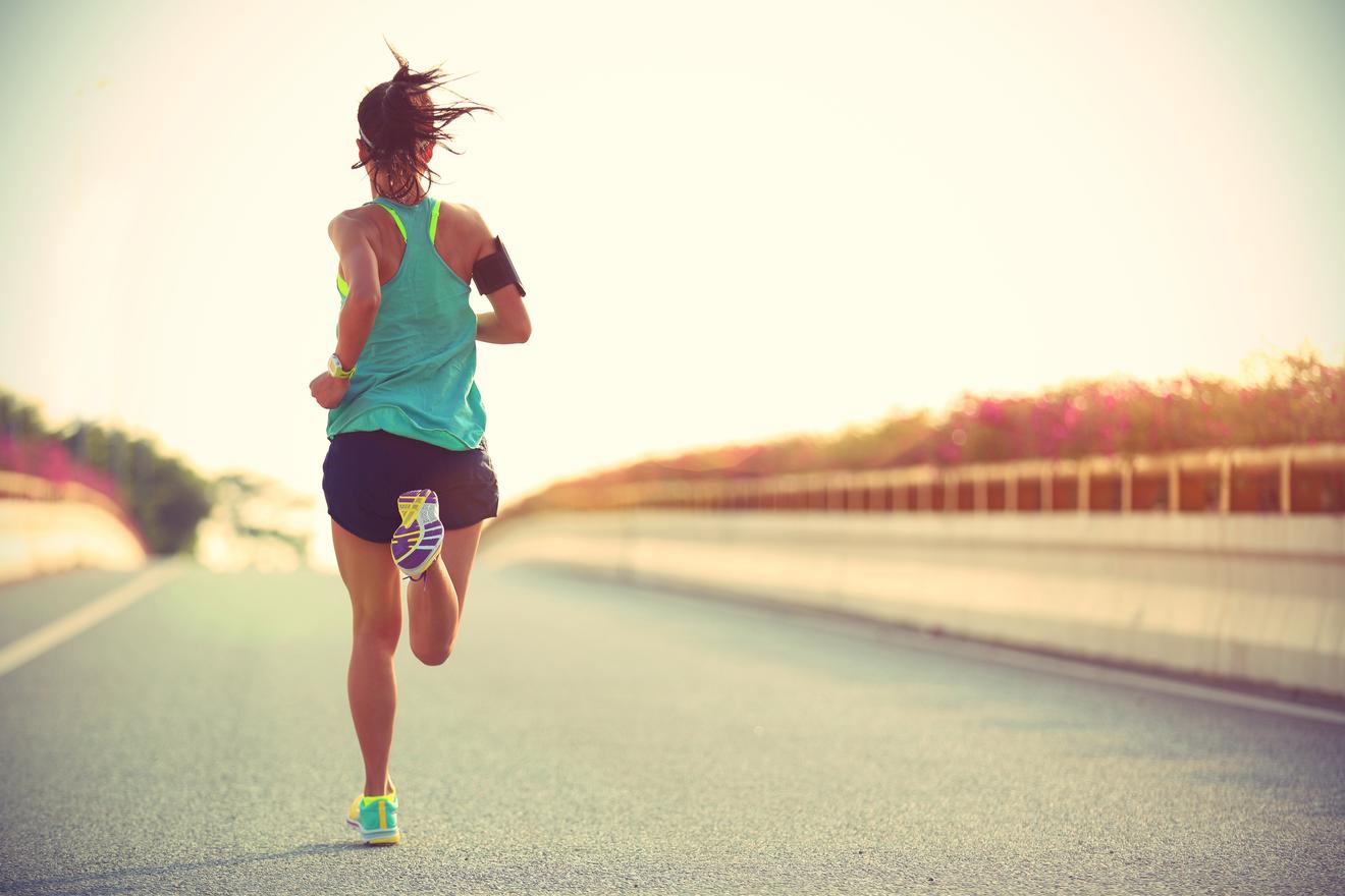Jeune Femme Fait Son Jogging Sur La Route