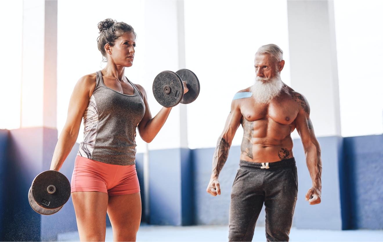 Un Couple âgé Fait De La Musculation