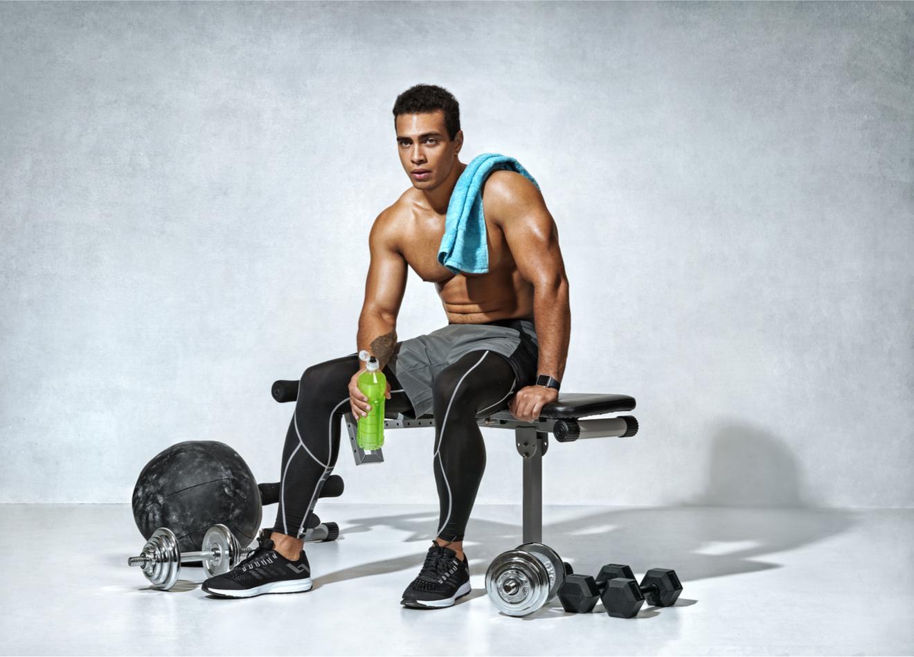 Un Homme Se Relaxe Après Une Séance De Musculation