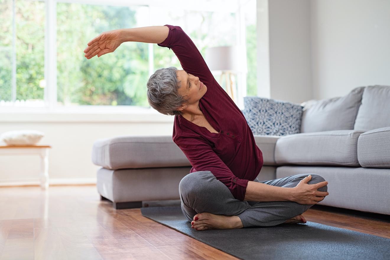 Une Femme Mature Fait Du Stretching Postural