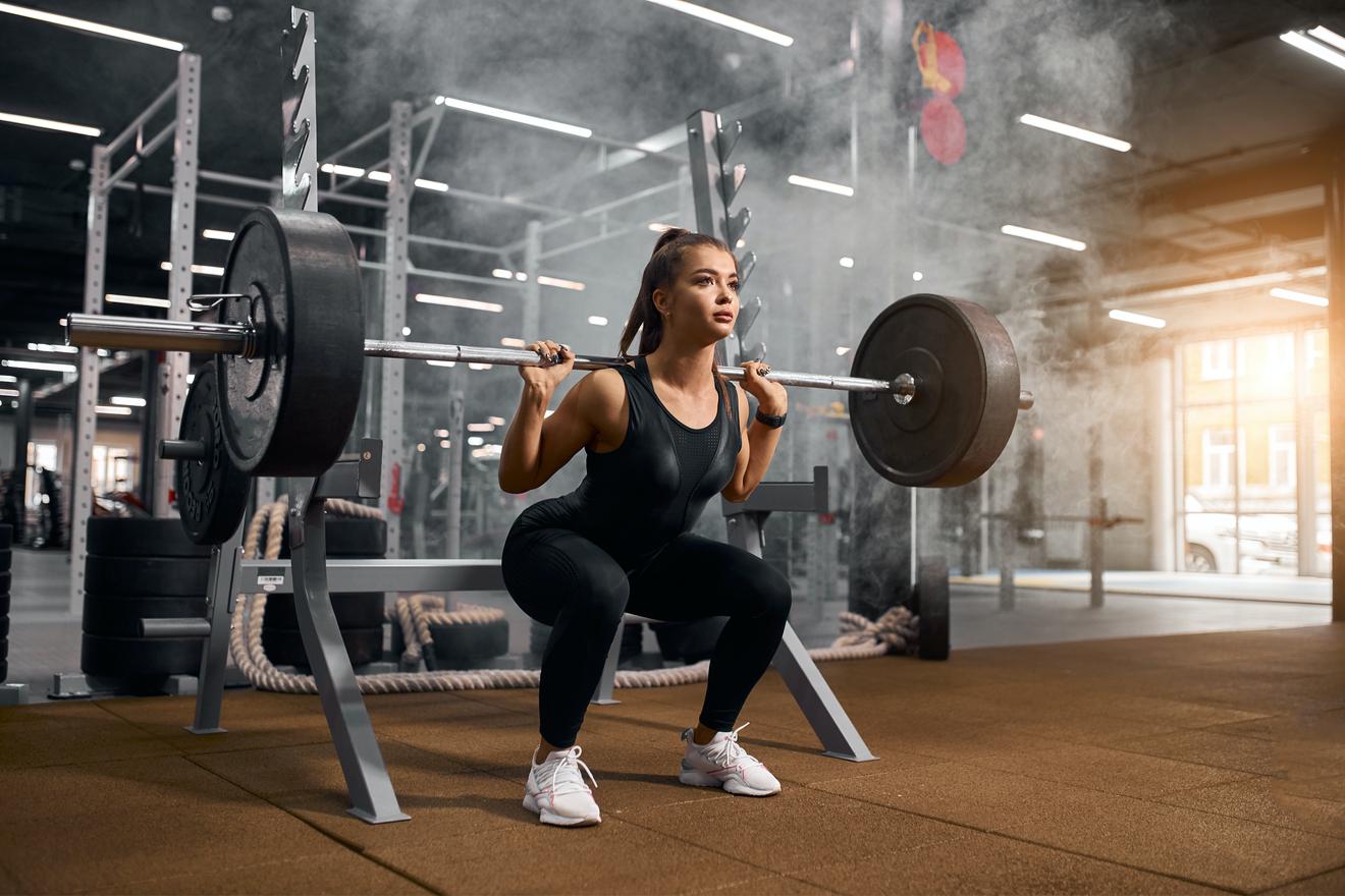 Une Femme Réalise Un Squat En Powerlifting