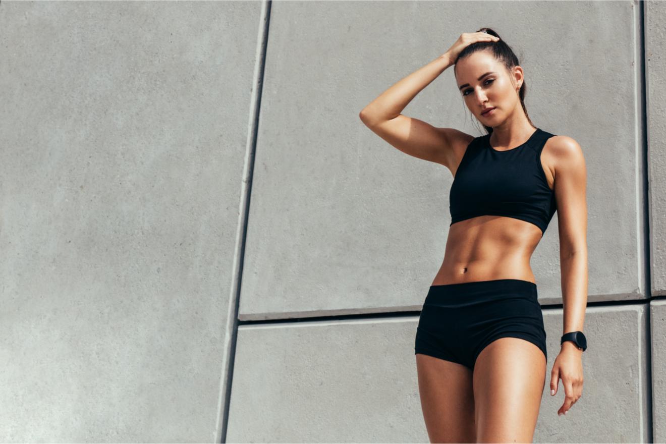Femme En Sous Vêtements De Sport, Brassiere Et Short Noir