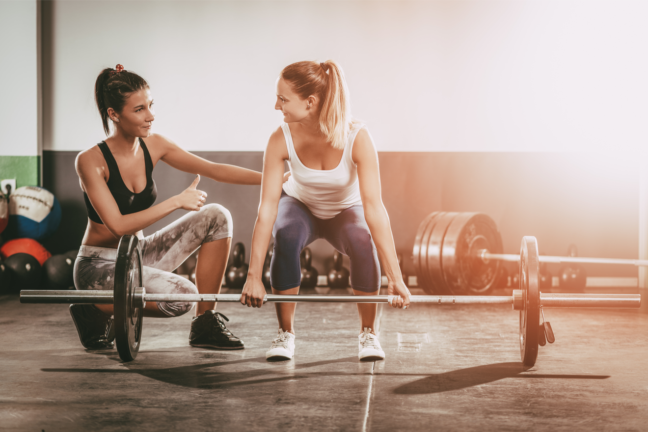 Un Coach De Musculation Conseille Une Sportive