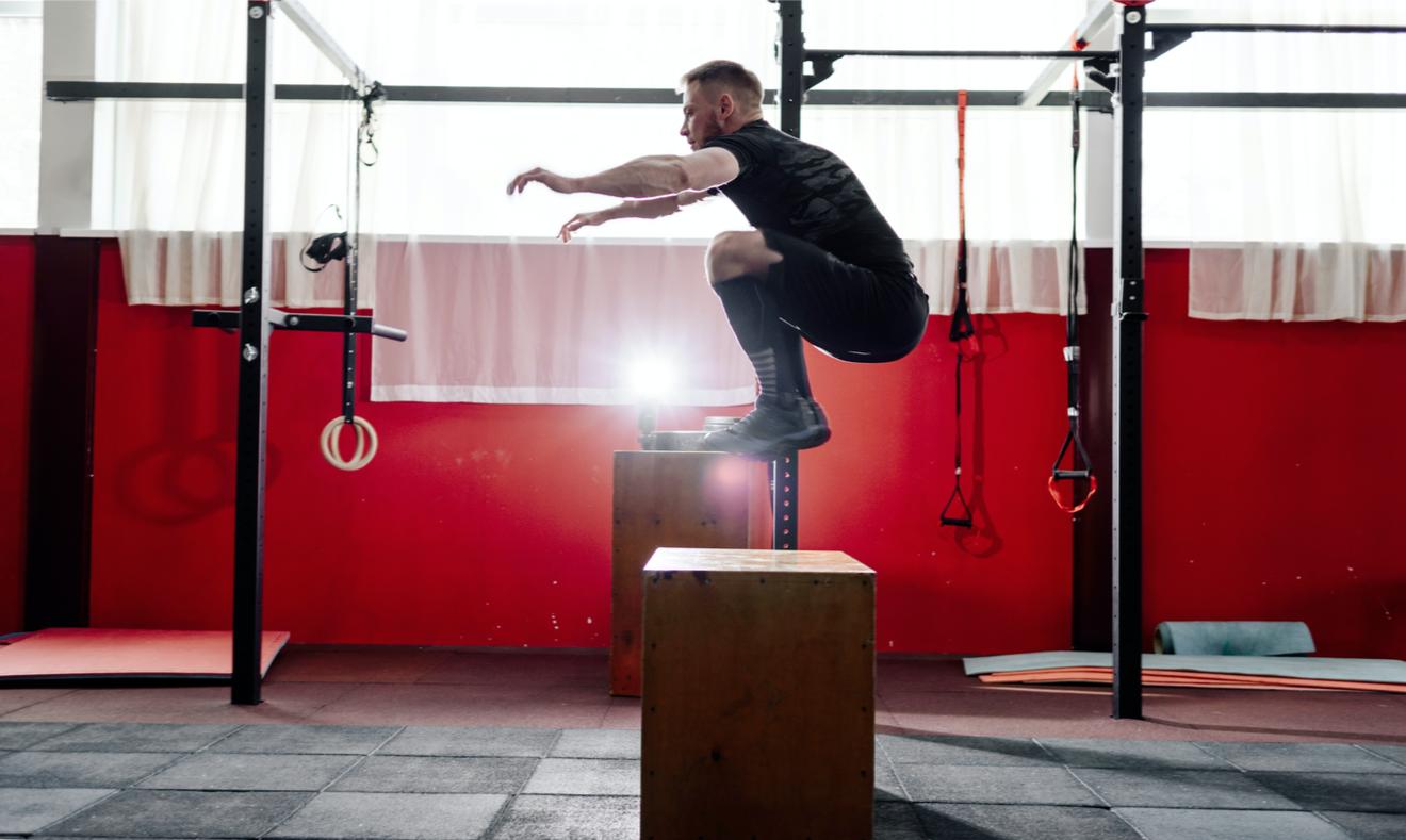 Un Sportif Réalise Un Box Jump Dans Une Salle De Crossfit