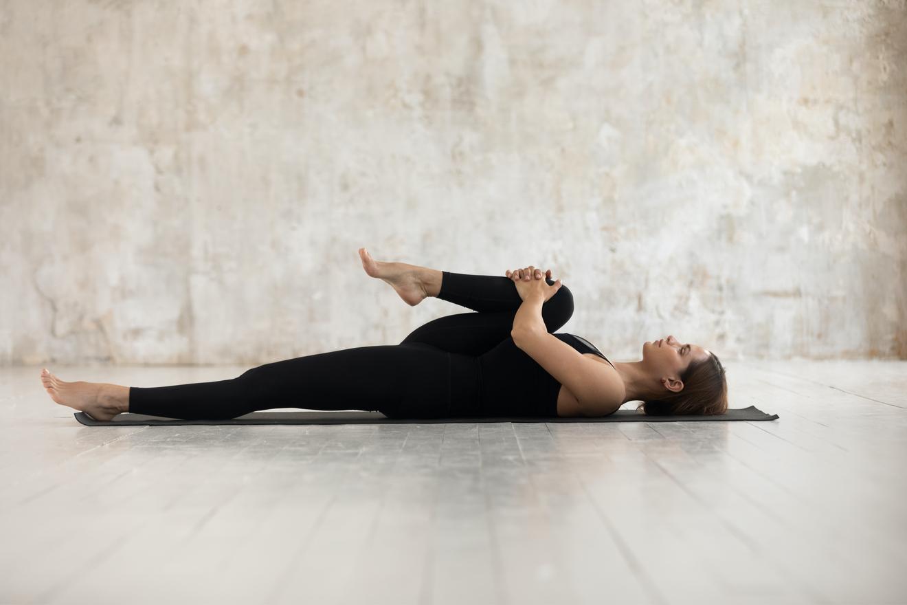 Une Jeune Femme En Plein Cours De Stretching