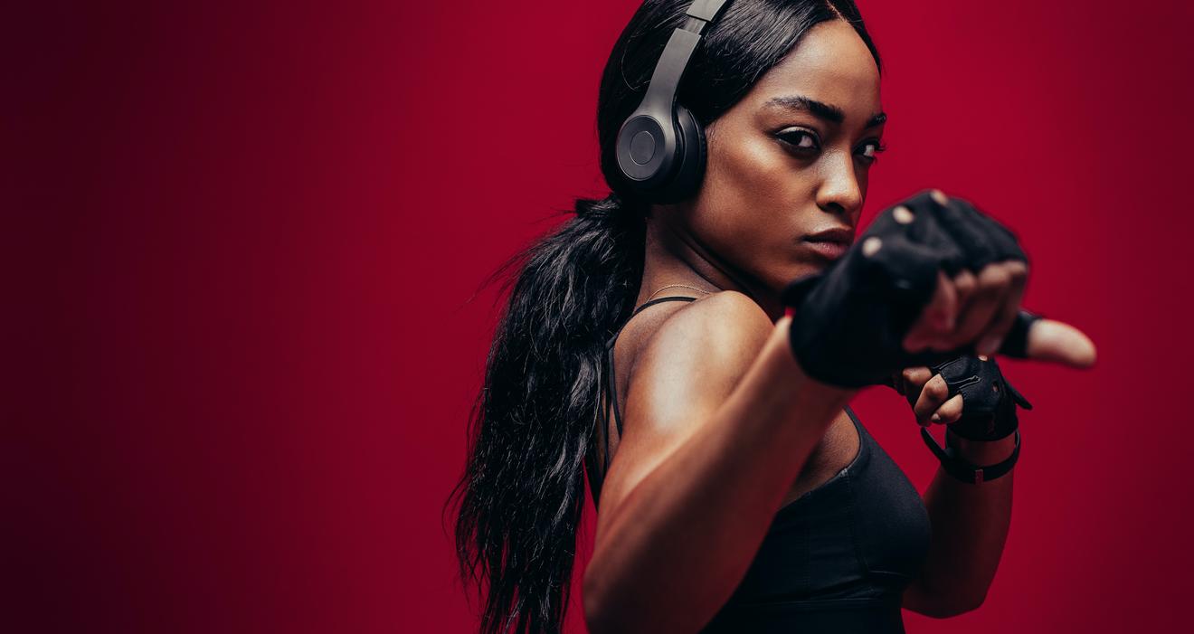 Jeune Femme Afro Américaine En Position De Boxe Vue De Près Sur Fond Rouge