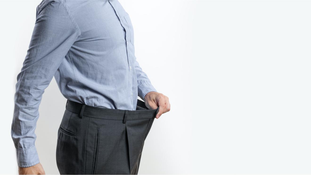 Homme Tirant Sur Son Pantalon Pour Montrer sa Perte De Poids