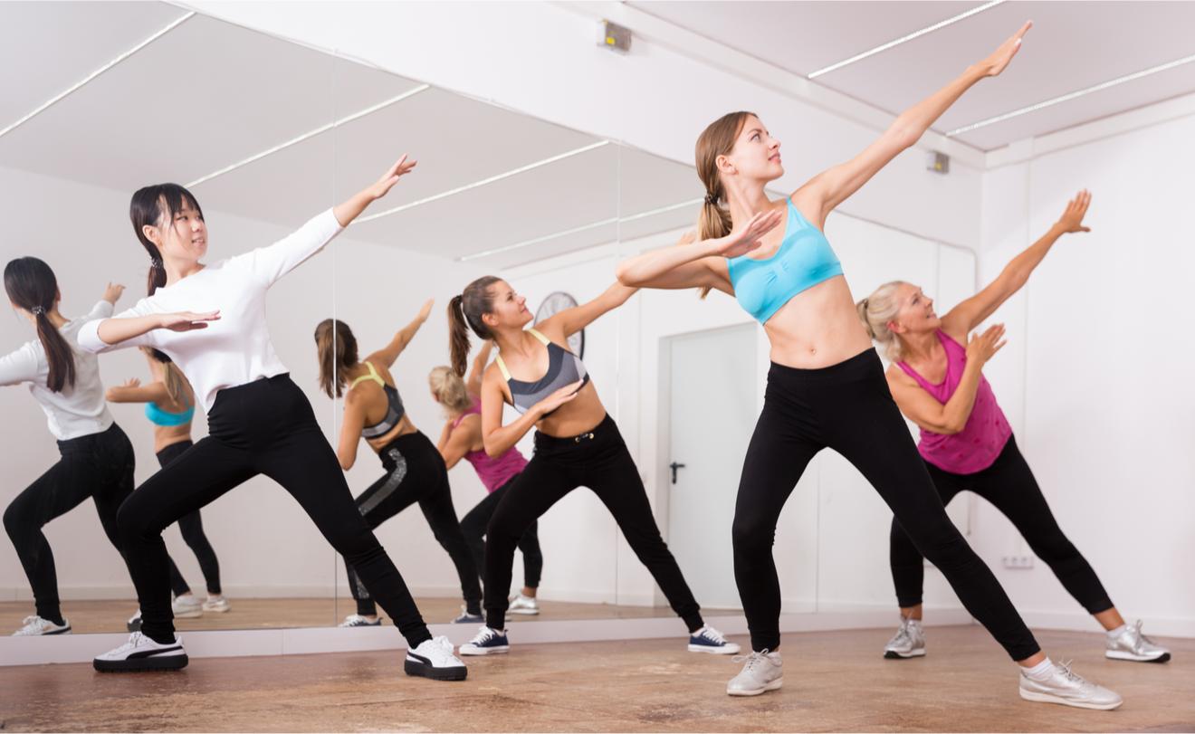 Groupe De Jeunes Femmes Suivant Un Cours De Fitness Zumba Ou Lia