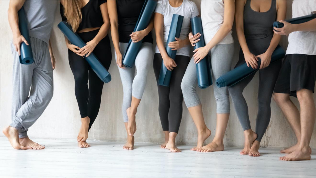 Groupe De Sportifs Et Leur Tapis De Yoga