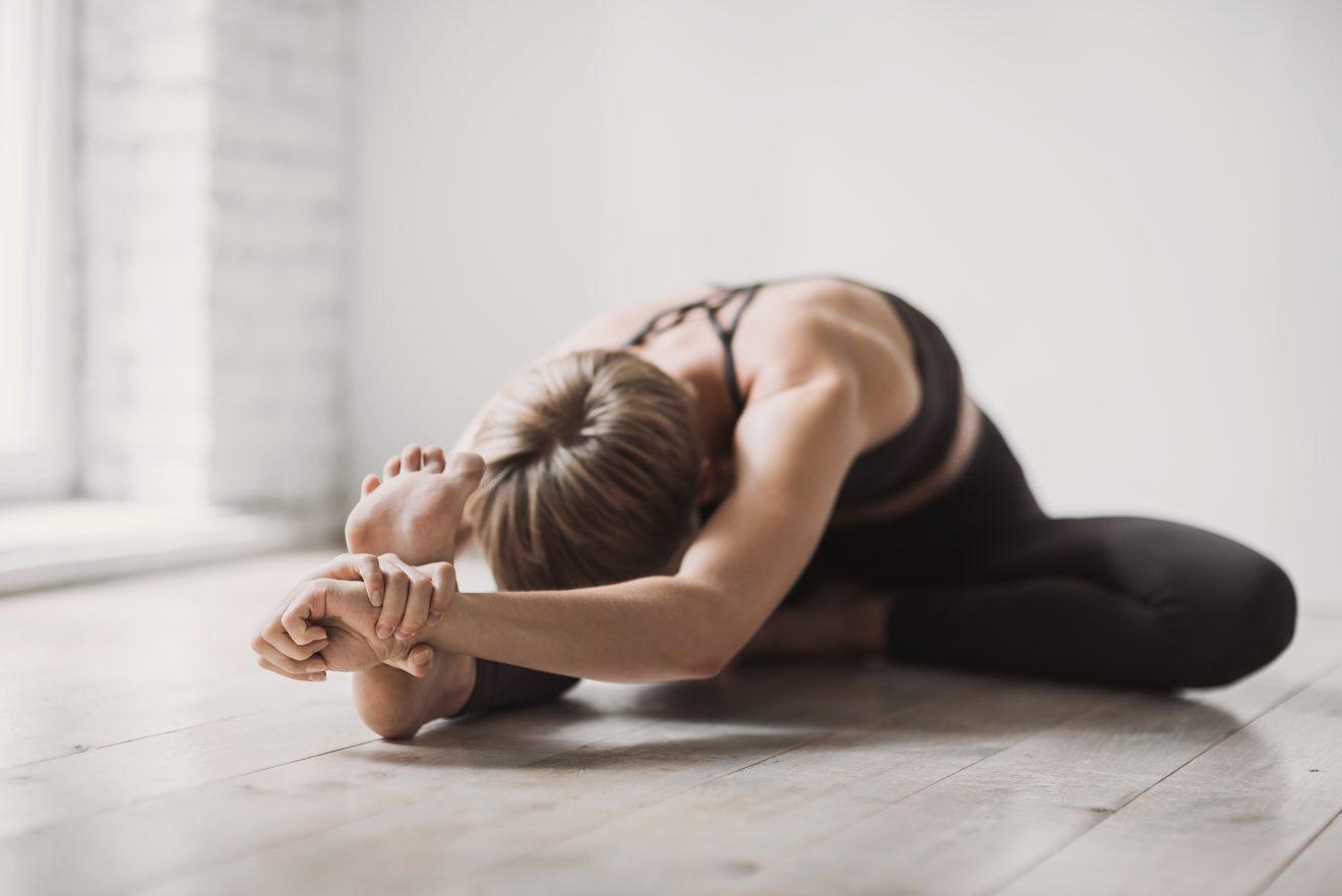 Femme pratiquant du yoga
