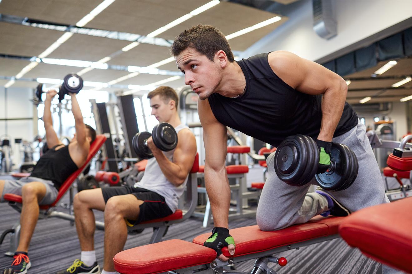 3 Hommes Sur Des Bancs De Musculation