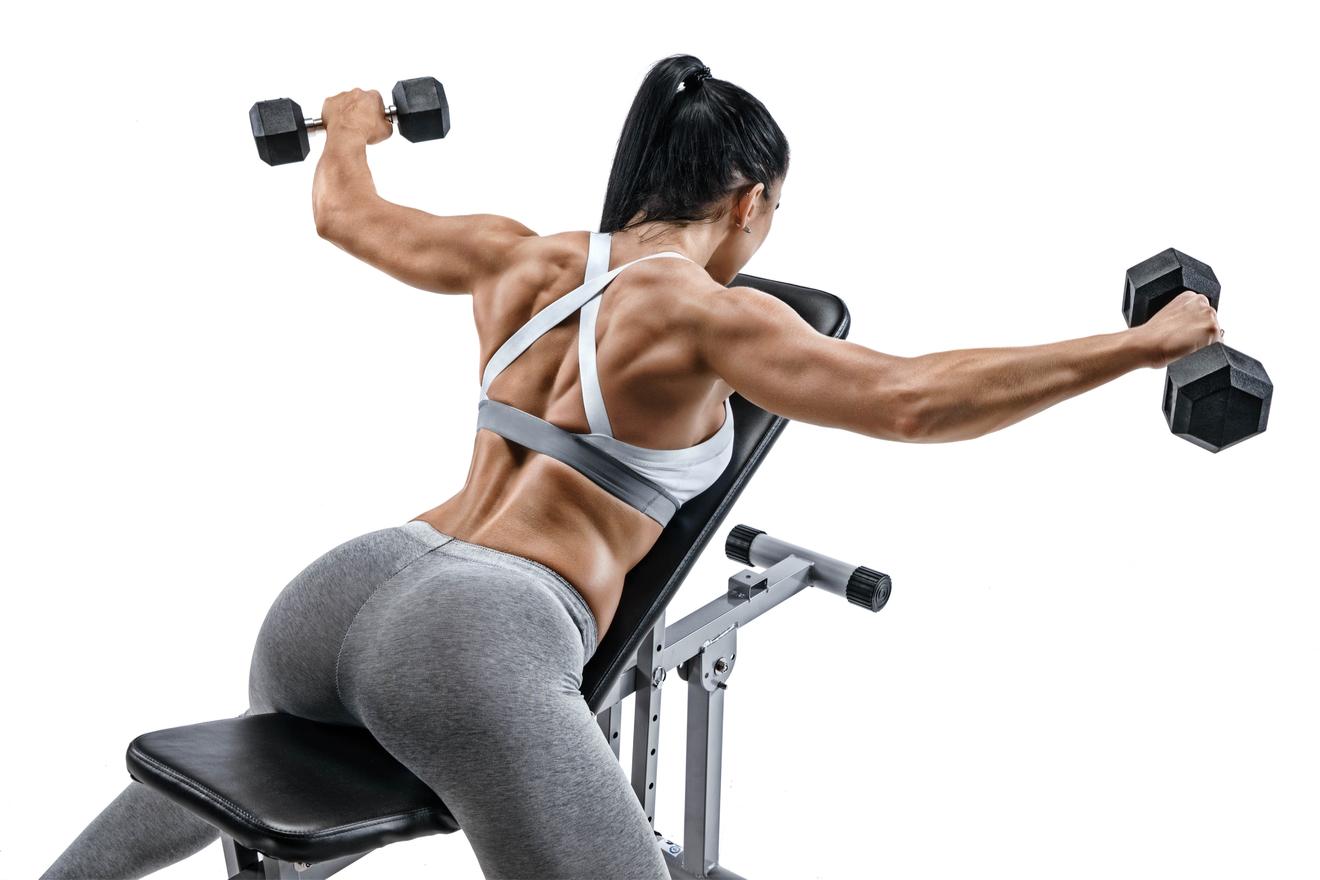Une Femme qui Utilise son Banc De Musculation Pour Muscler le Haut Du Corps